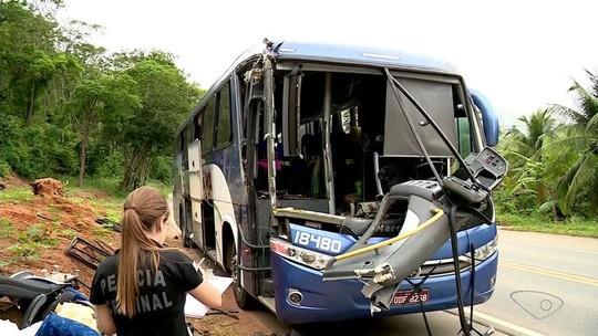Ônibus bate em caminhão de boi e sete pessoas ficam feridas na rodovia ES-080