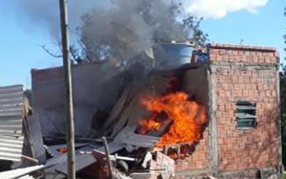 Crianças ficam feridas e uma morre após ter casa incendiada no sudoeste da BA; pai é suspeito de atear fogo — Foto: Lay Amorim/Achei Sudoeste