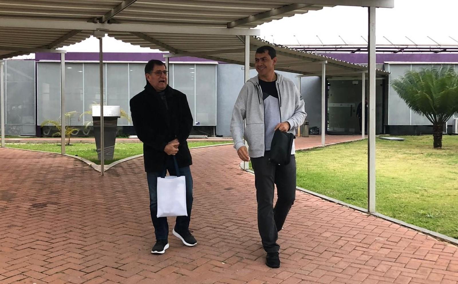 """René Simões visita Fábio Carille no Corinthians e diz ter planos para voltar a ser técnico: """"Saudades"""""""