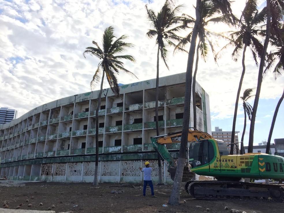 Demolição do Hotel Reis Magos é iniciada em Natal — Foto: Leonardo Erys/G1