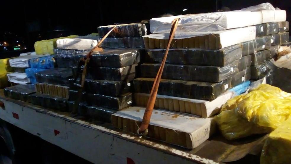 Mais de 2 toneladas de maconha e carreta foram apreendidos pela PRF e pela PM — Foto: Polícia Militar/Divulgação