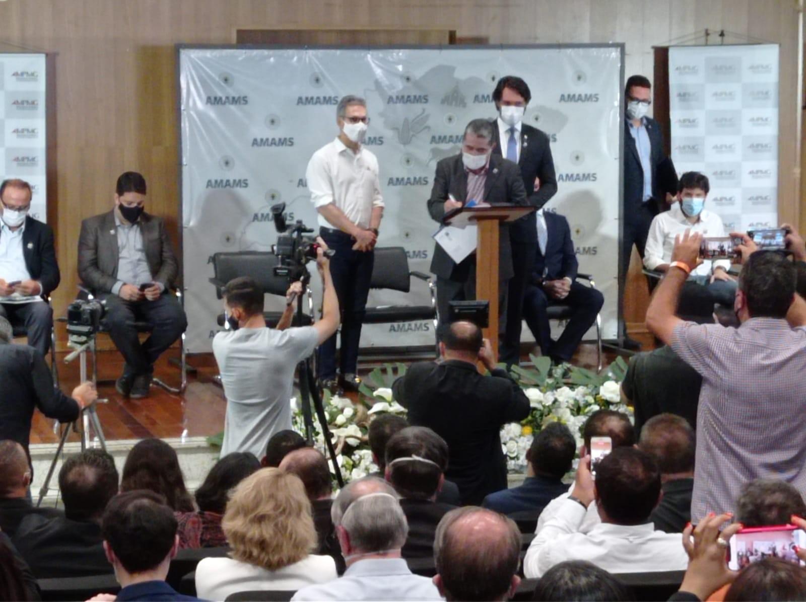 Governador Romeu Zema assina termo de regularização fundiária e anuncia investimentos na Santa Casa, em Montes Claros