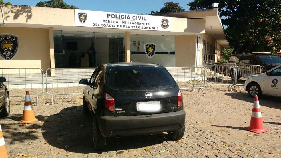 Carro do suspeito foi encontrado abandonado na ponte Newton Navarro, em Natal (Foto: Ítalo Di Lucena/Inter TV Cabugi)