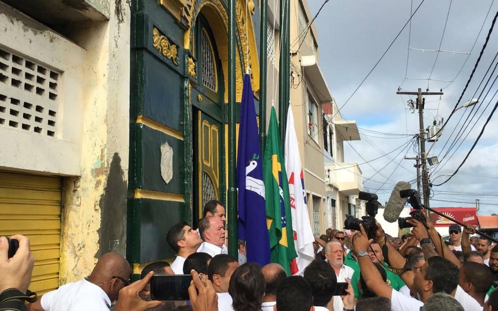 Vice Governador da Bahia, João Leão; Presidente da Alba, Nelson Leal e o prefeito de Salvador, ACM Neto participaram do hasteamento da bandeira — Foto: Alan Oliveira/G1