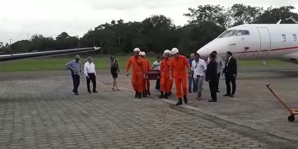 Corpo de Epitácio Cafeteira chegou em São Luís por volta das 16h (Foto: Ádria Rodrigues/TV Mirante)