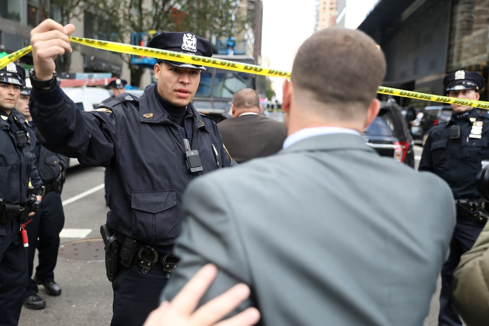 Polícia isola região do Time Warner Center, em Nova Toyk, após pacote suspeito ser encontrado no local — Foto: Kevin Coombs/Reuters