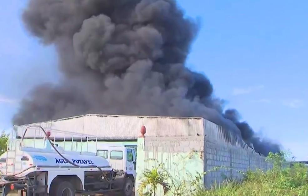 Incêndio atinge fábrica de reciclagem de pneus em São Sebastião do Passé — Foto: Reprodução/TV Bahia