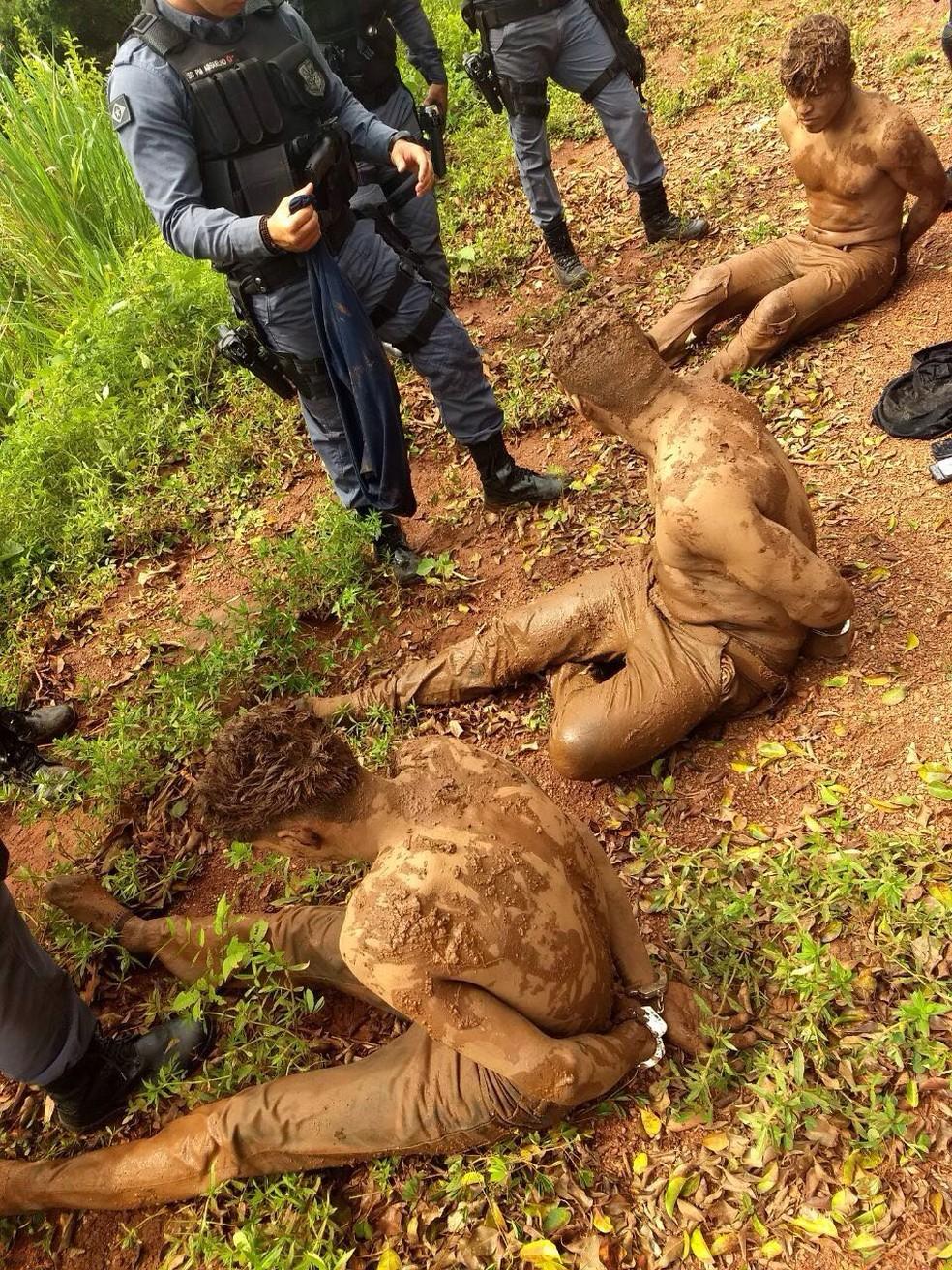 Ladrões foram encontrados imersos na lama tentando se esconder da polícia (Foto: Polícia Militar de MT/Assessoria)