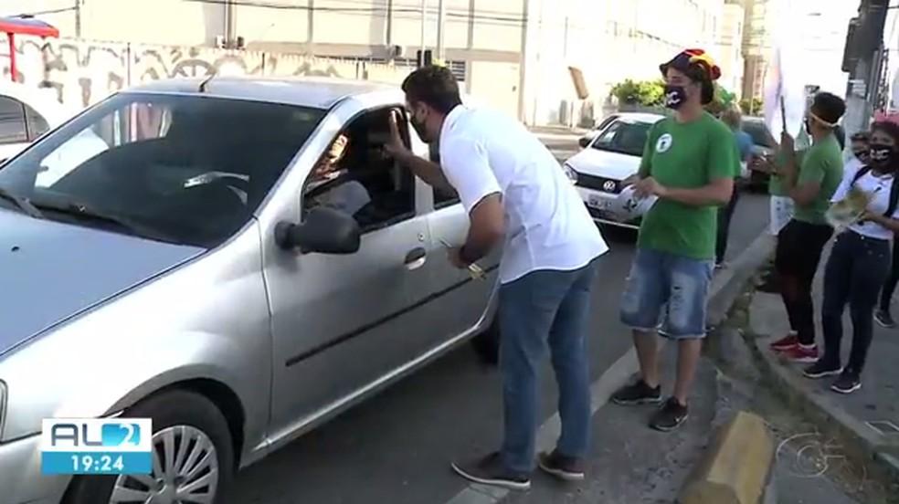 JHC (PSB) fez panfletagem no Poço — Foto: Reprodução TV Gazeta