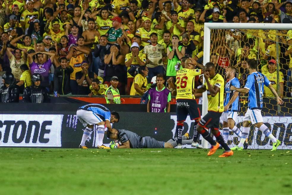 Grohe é cumprimentado por Edílson, enquanto torcedores do Barcelona-EQU observam atônitos (Foto: Lucas Uebel/Grêmio/Divulgação)
