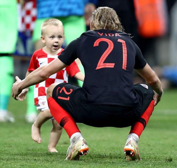 O pequeno David corre para abraçar o pai, o jogador Demagoj Vida, da Croácia (Foto: Getty Images)