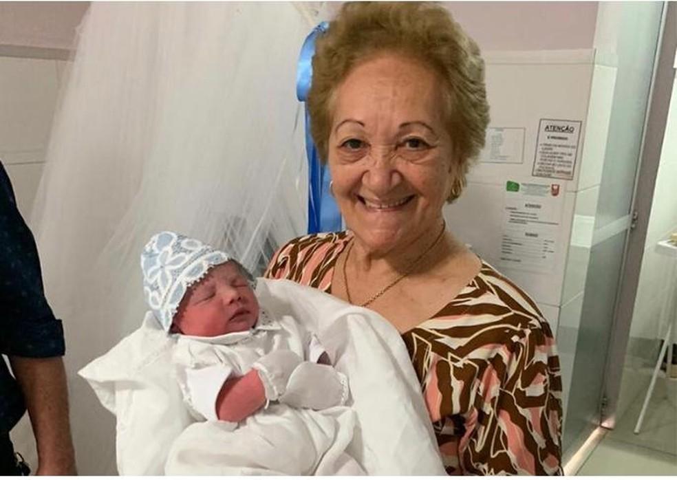 Neta entra em trabalho de parto e idosa de 77 anos faz parto improvisado do bisneto em Teresina — Foto: Arquivo pessoal/Nara Letícia