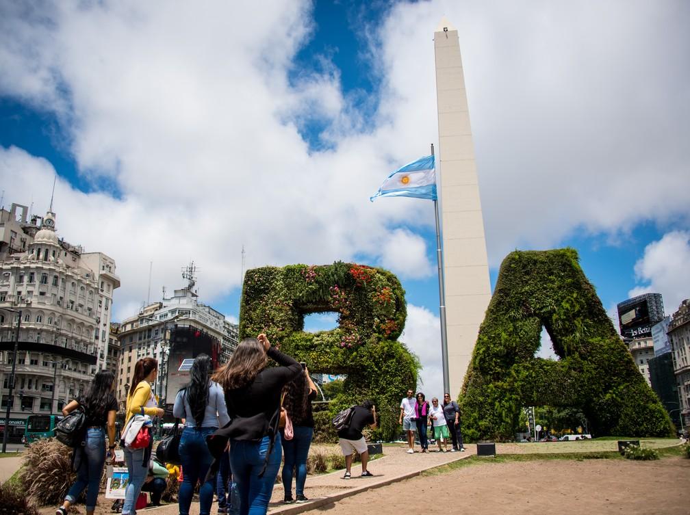 Turistas posam para foto no Obelisco de Buenos Aires nesta quarta-feira (28), dois dias antes da cúpula do G20 — Foto: Martin Bernetti/ AFP