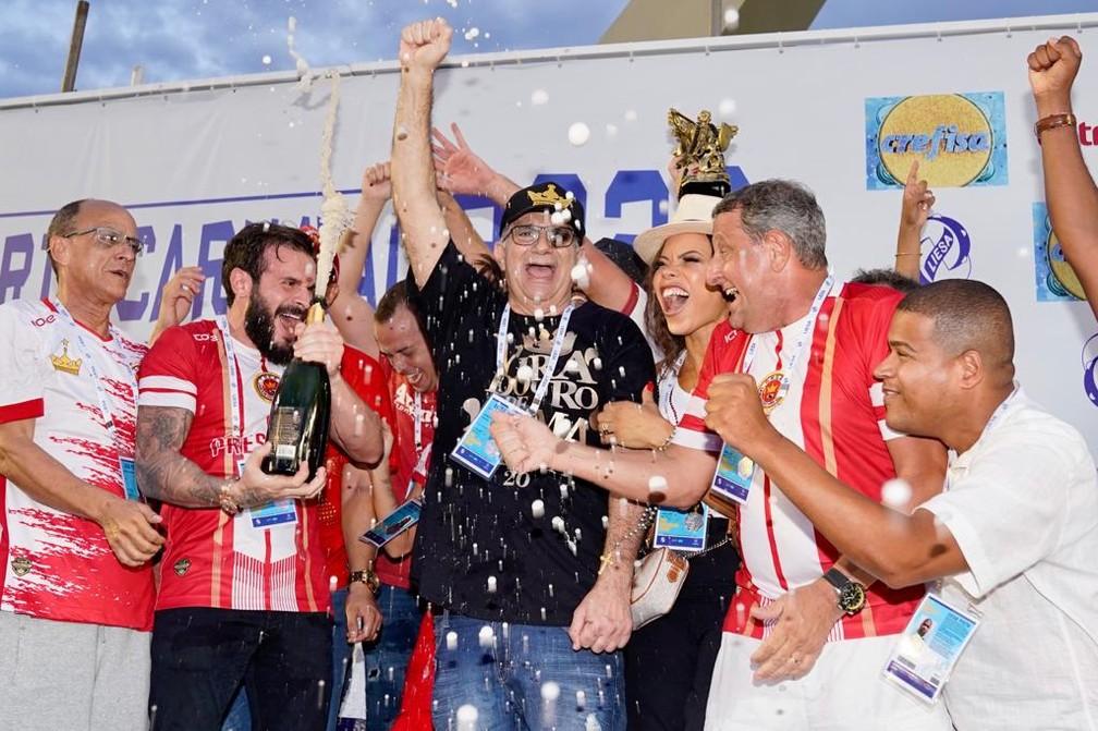Viradouro recebe troféu de campeã do carnaval 2020 — Foto: Marcos Serra Lima / G1
