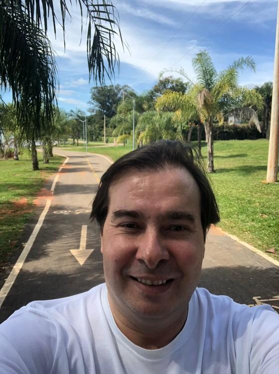 Presidente da Câmara, o deputado Rodrigo Maia, durante caminhada diária (Foto: Reprodução)