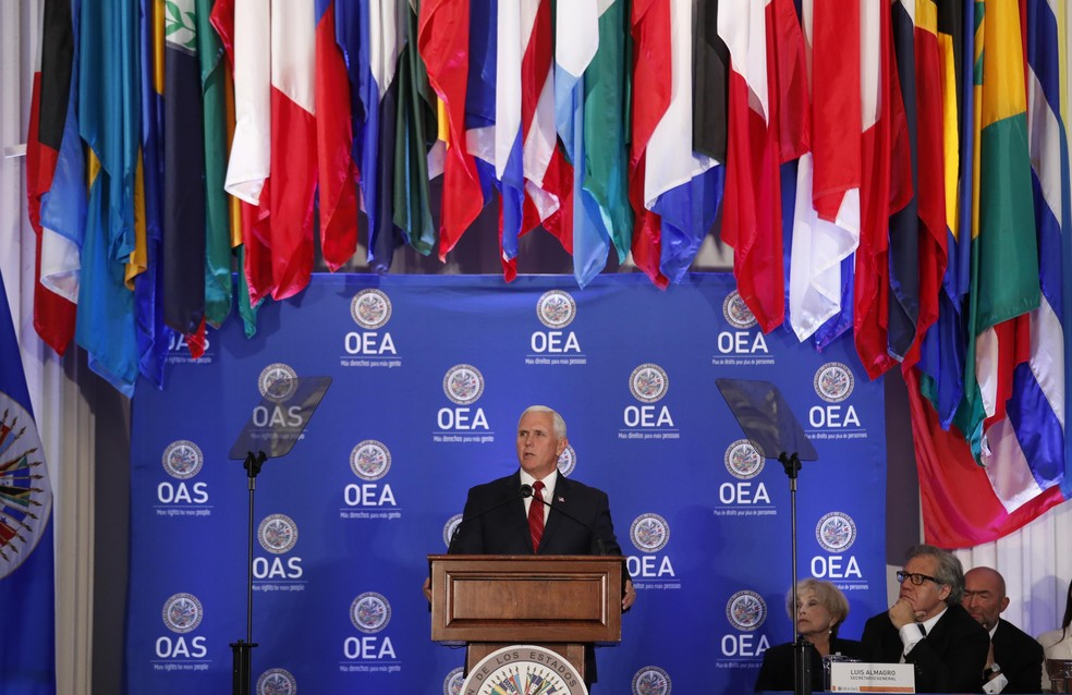 Mike Pence durante discurso na OEA em maio (Foto: Reuters/Kevin Lamarque)