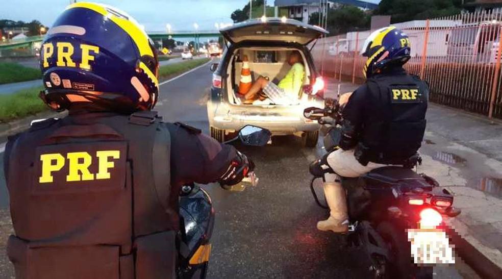 Suspeito de estupro é preso após se apresentar para dirigir moto apreendida pela PRF em Salvador — Foto: Divulgação/PRF