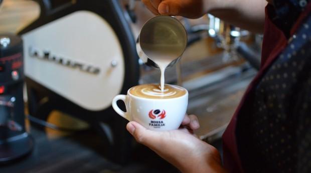 Barista servindo café (Foto: Divulgação)