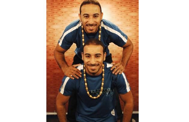 """A primeira dupla de gêmeos a aparecer no reality foi Djairo e Djair, no """"BBB"""" 6. Eles entraram para participar de uma prova do anjo e fingiram ser um só. Quem descobrisse a verdade estaria imunizado. Ninguém desconfiou (Foto: Reprodução)"""
