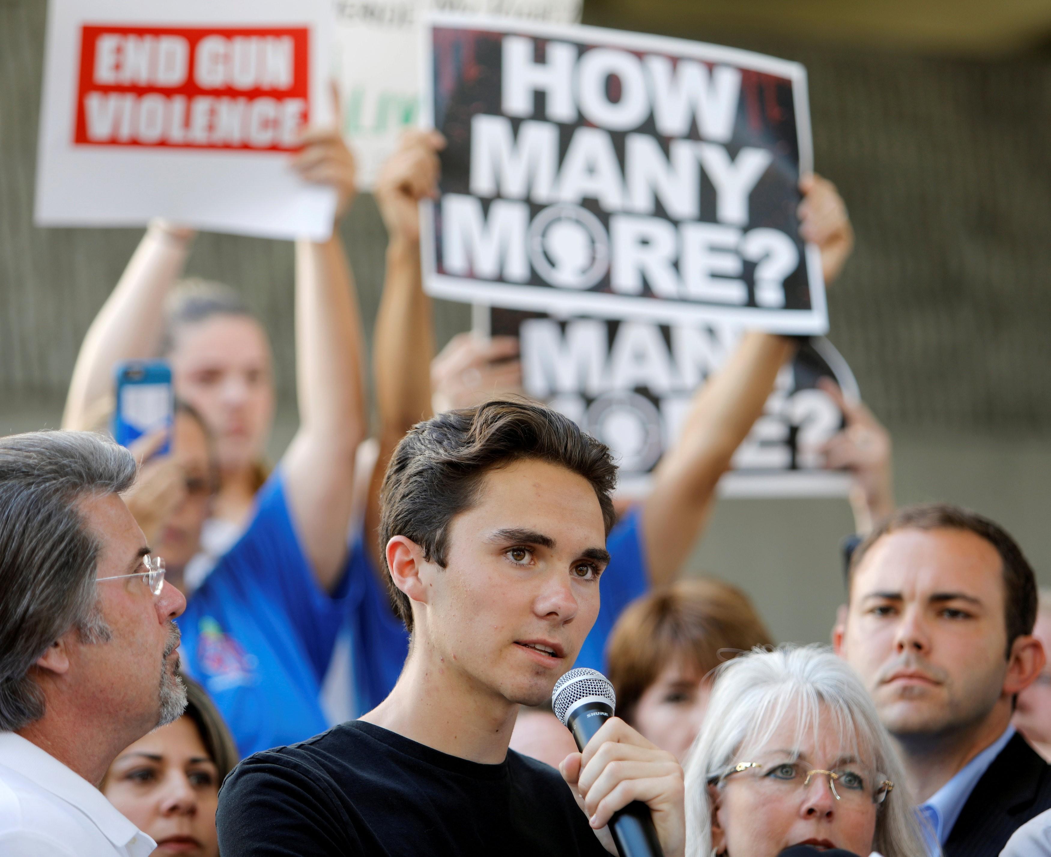 Sobreviventes de tiroteio em escola pedem que turistas boicotem a Flórida