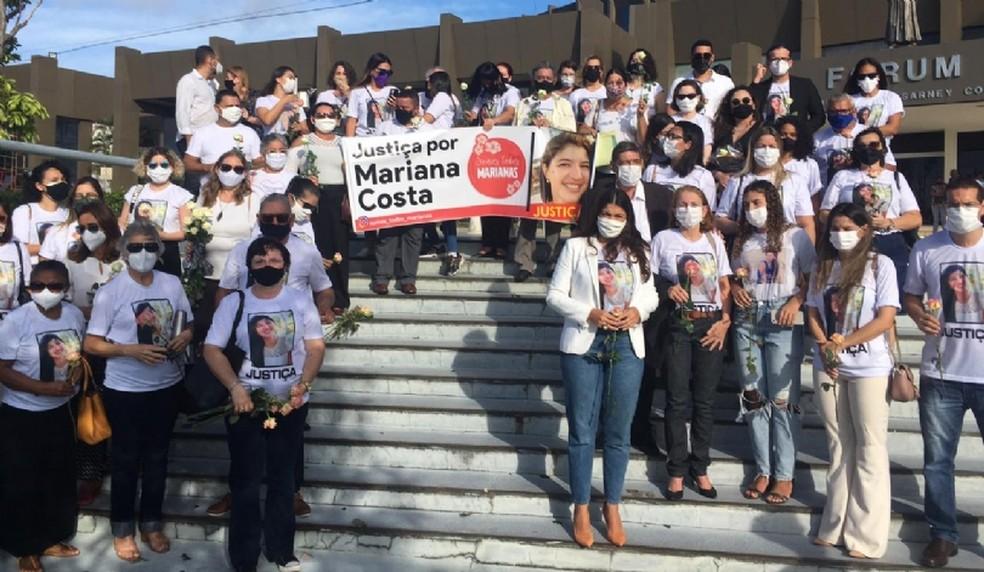 Amigos e familiares de Mariana Costa já estão na porta do Fórum Desembargador Sarney Costa — Foto: Rafaelle Fróes/G1