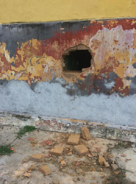 Presos fizeram um buraco na Cadeia Pública de Ibiapina e fugiram nesta terça-feira. — Foto: Polícia Militar
