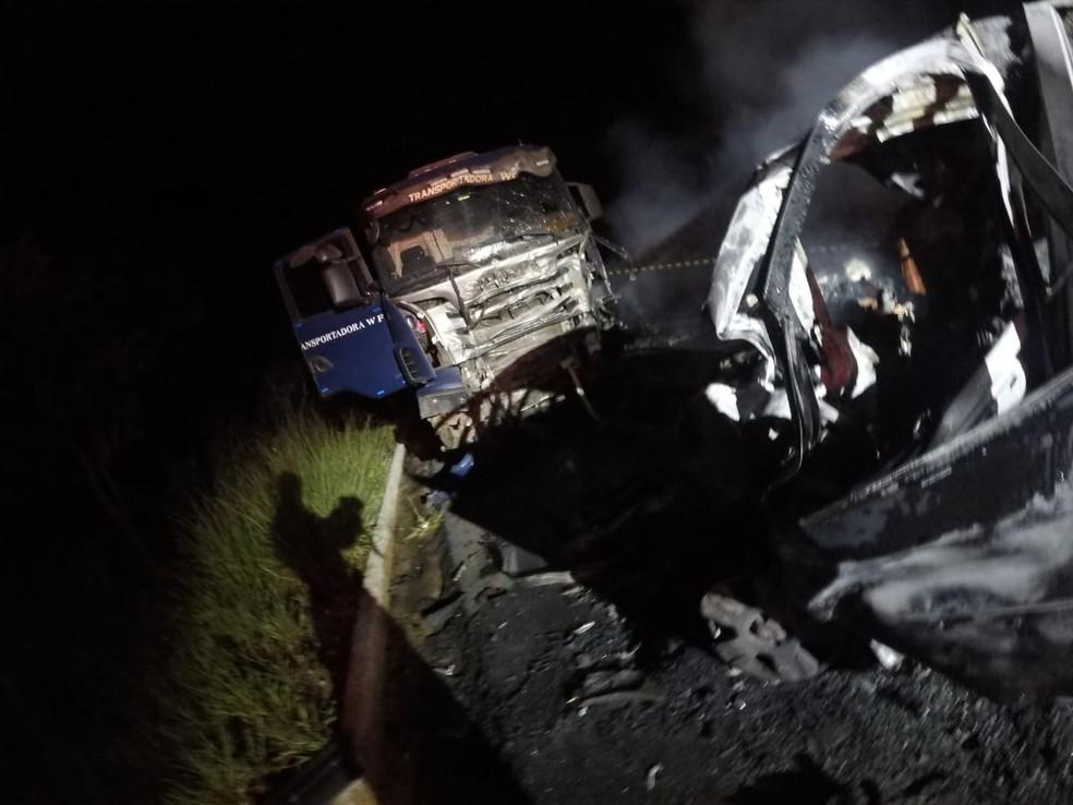 Vítima foi encontrada em meio às ferragens — Foto: Corpo de Bombeiros/Divulgação