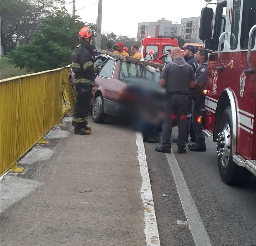 Motorista perdeu o controle e atingiu pedestre em viaduto — Foto: Marco Campos/Vanguarda Repórter