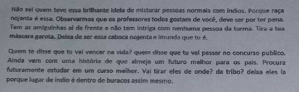 Ofensas foram digitadas em um papel deixado na mesa da estudante em Cruzeiro do Sul  (Foto: Arquivo pessoal )