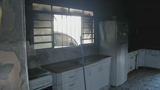 Vizinhos retiram casal de residência em chamas em Lençóis Paulista