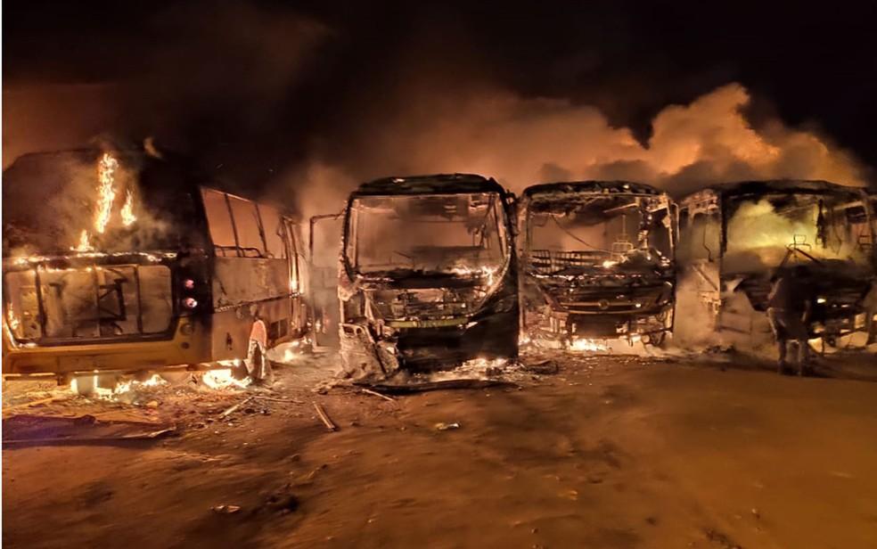 Incêndio atingiu garagem em Barra do Choça e destruiu veículos na madrugada desta quarta (9) — Foto: Blog do Jorge Amorim