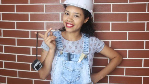 A mineira é a única brasileira a ensinar a como construir no YouTube (Foto: Arquivo pessoal via BBC News Brasil)