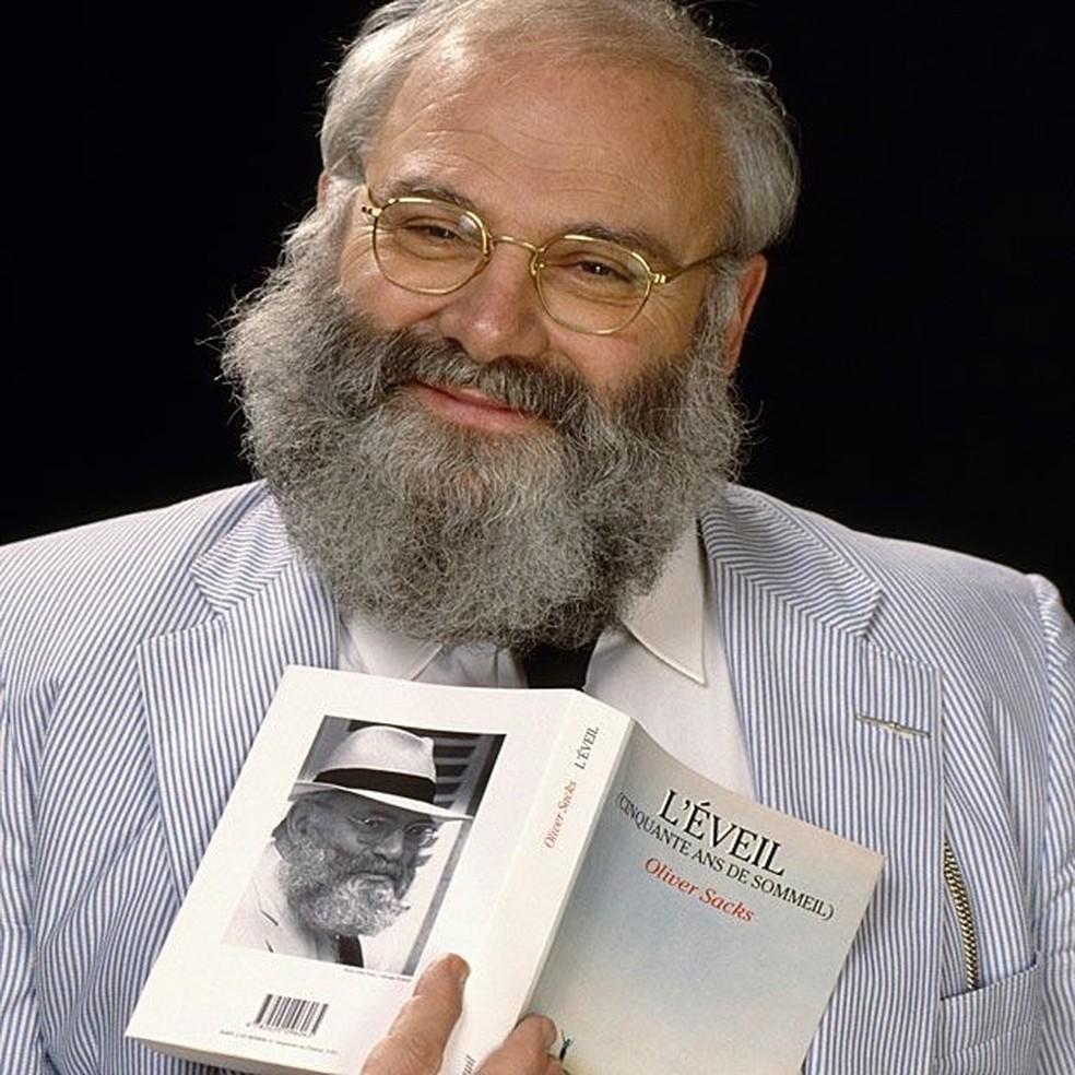 Oliver Sacks com a versão francesa do livro 'Tempo de Despertar', que mais tarde viraria filme — Foto: Getty Images/BBC
