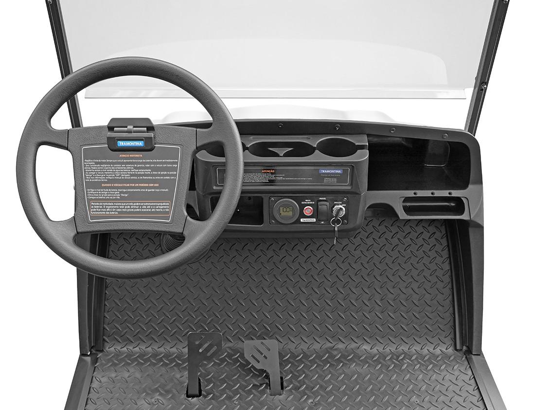 Todos os veículos possuem display digital, entrada USB e botão de freio estacionário (Foto: Divulgação)