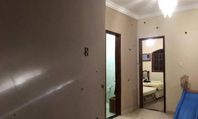 Marcas de tiros na casa onde João Pedro foi morto durante operação policial em São Gonçalo