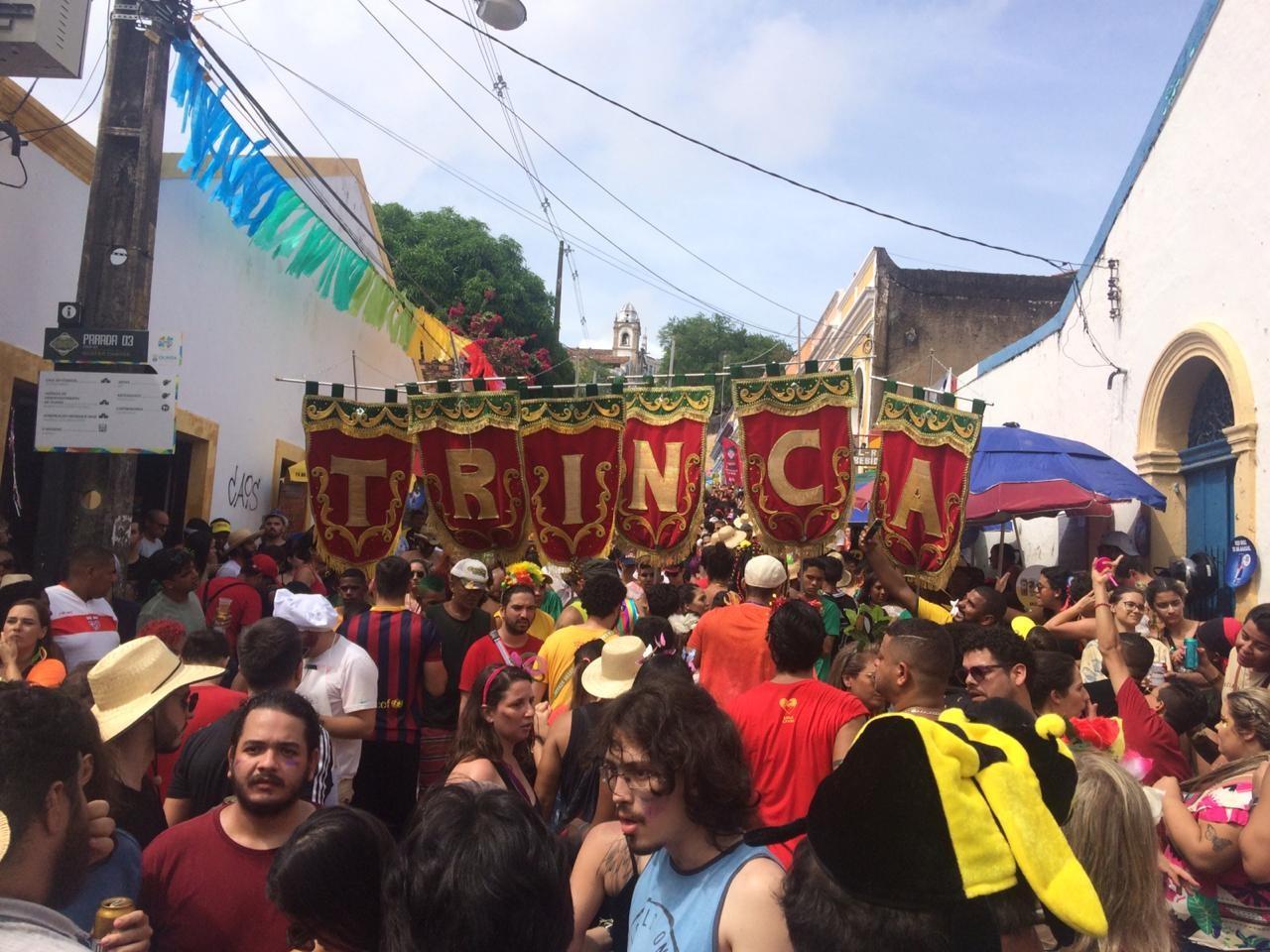 Trinca de Ás põe Olinda para ferver e fantasias se destacam na multidão