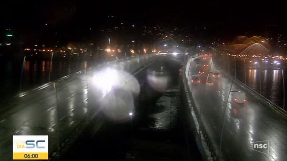 Amanhecer é marcado por chuva em Florianópolis — Foto: Reprodução/ NSC TV