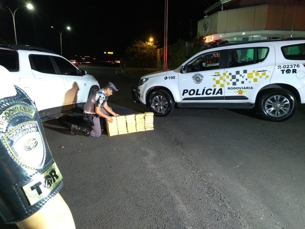 Grupo levava mais de 41 quilos de pasta base de cocaína em caminhonete e carro na SP-333 — Foto: Polícia Rodoviária/Divulgação