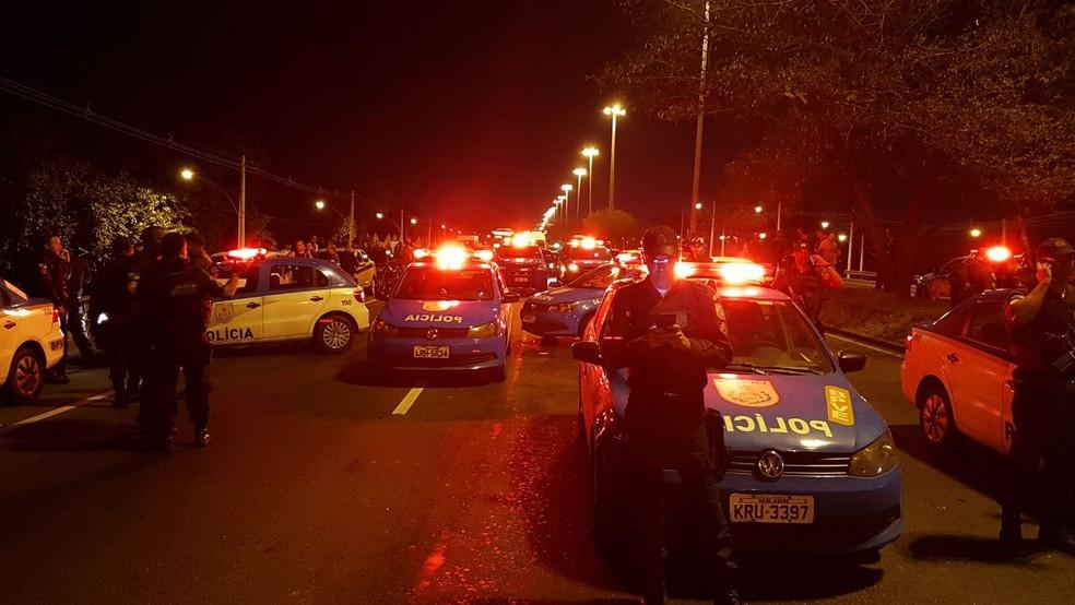 A Avenida Brasil foi interditada pela PM após o bandido manter o motorista refém  (Foto: Reprodução)