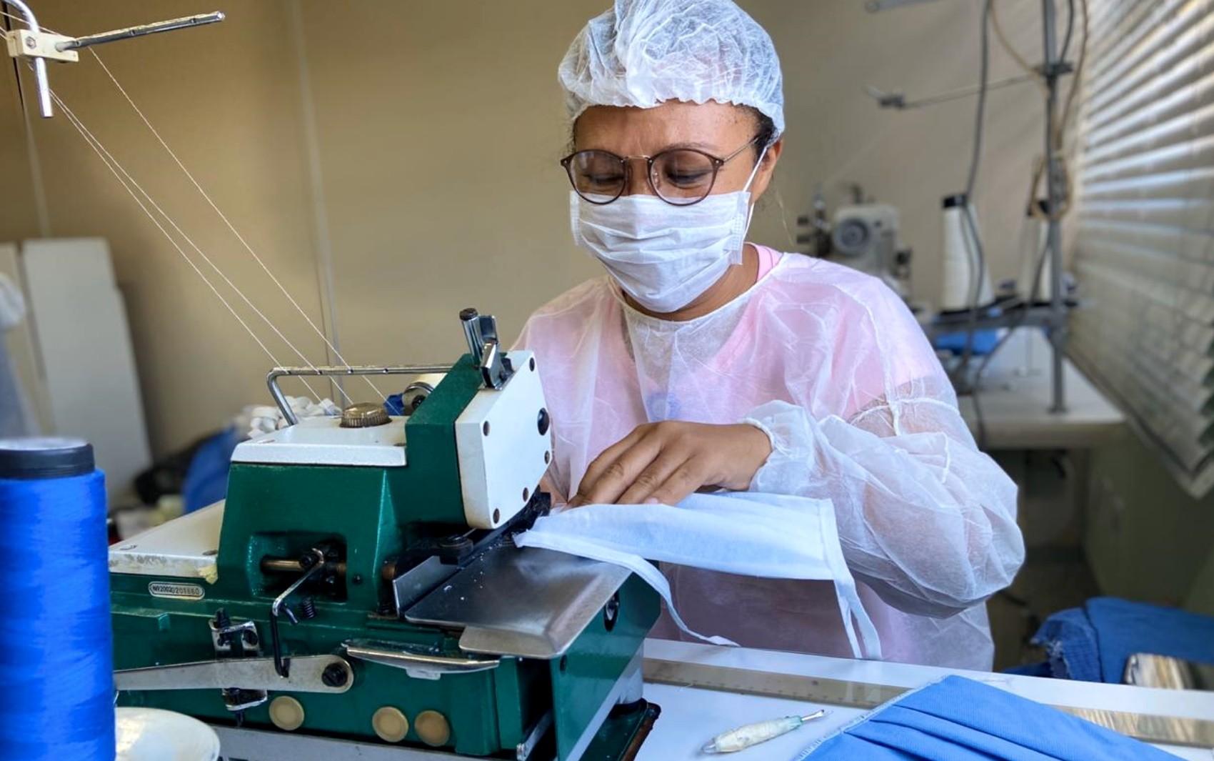 Hospitais produzem máscaras descartáveis com três 'barreiras' de proteção contra o coronavírus, em Goiânia