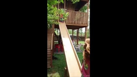 Bebê é salva pela prima ao cair de altura de 3 metros em escorregador de casa na árvore em MT; veja vídeo