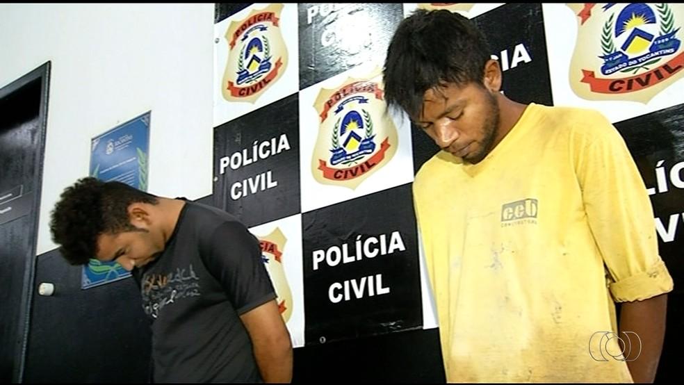 Jovens foram presos suspeitos de roubar casa e estuprar mulher  (Foto: TV Anhanguera/Reprodução )
