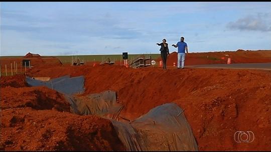 Chuva leva lama de obra em rodovia para nascente e suspende abastecimento de água em Campo Alegre de Goiás