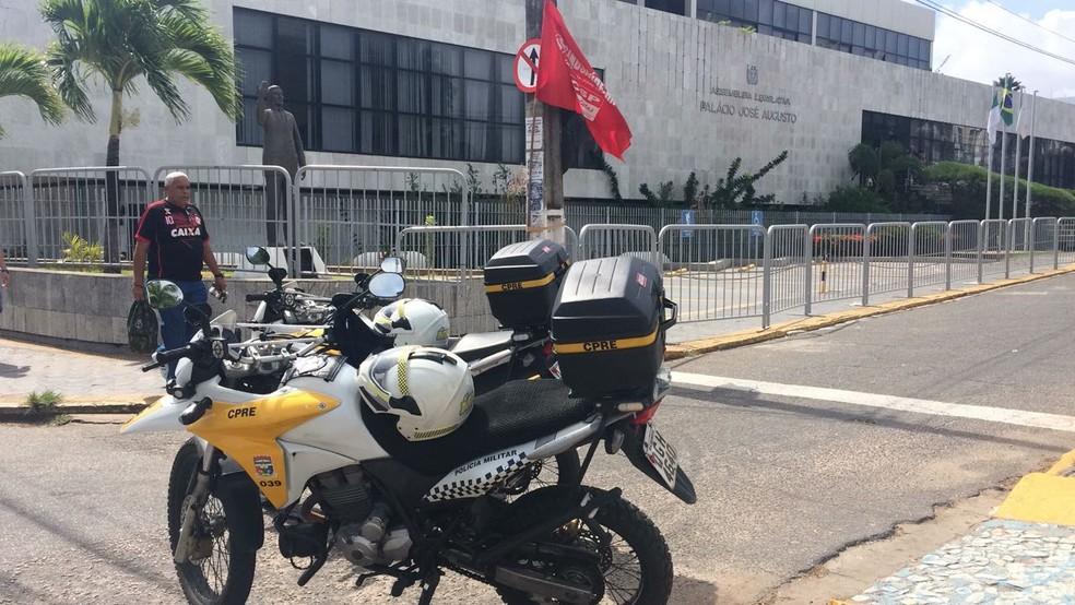 Assembleia Legislativa do RN amanheceu cercada de grades (Foto: PM/Divulgação)