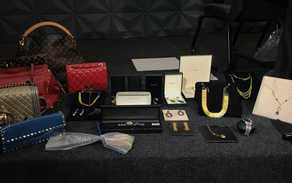 Bolsas e joias apreendidas com suspeitos de integrar facção criminosa em Goiás — Foto: Vanessa Chaves/G1