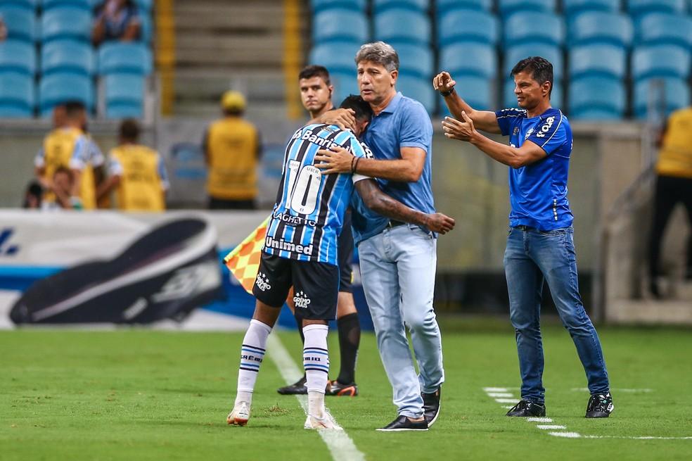 Renato cumprimenta Marinho, que já marcou duas vezes este ano — Foto: Lucas Uebel/Grêmio/Divulgação