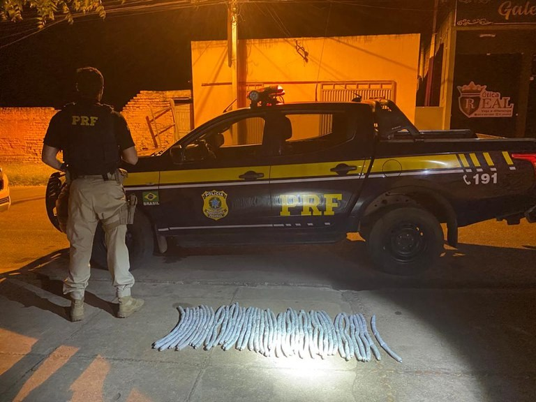 PRF encontra explosivos em fundo falso de carro em Valença do Piauí; dois são presos