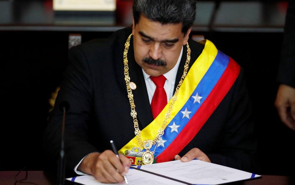 O presidente da Venezuela, Nicolás Maduro, assina documento durante sua posse na Suprema Corte, em Caracas, na quinta-feira (10) — Foto: Reuters/Carlos Garcia Rawlins