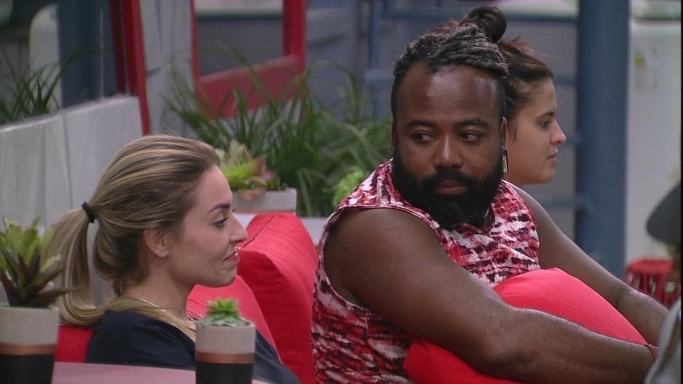 Paula é observada por Rodrigo durante conversa no BBB — Foto: TV Globo