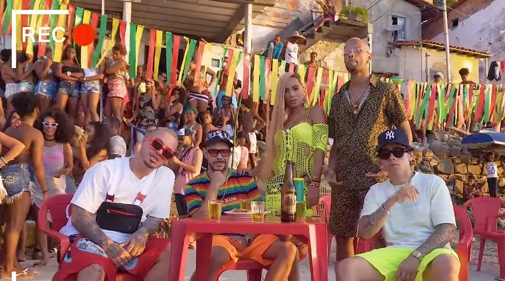 Da esquerda: J Balvin, Zegon, Anitta, Zaac e Laudz na gravação do clipe 'Bola rebola' — Foto: Divulgação